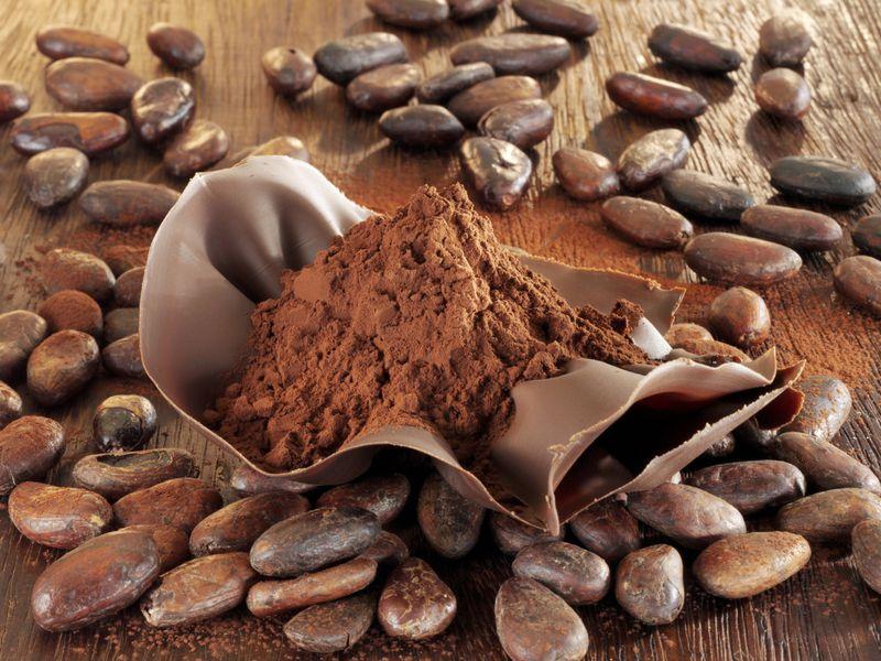 در این بخش، به معرفی پودر کاکائو کارگیل اندونزی پرداخته ایم. کارگیل اندونزی از پرفروش ترین و محبوب ترین پودرهای کاکائو در بازار این به شمار می آید. این پودر کاکائو وارداتی علاوه بر مزه عالی، رنگ مناسب و بوی دلپذیر از قیمت بسیار عالی نیز برخوردار است. قیمت مناسب این پودر کاکائو با مشخصات خوبی که دارد آن را در گروه بهترین ها قرار داده است. در کشور ما نیز این محصول پرکاربرد طرفداران بیشماری پیدا کرده است به صورتی که انواع کارخانه ها و کارگاه های تولیدی ما برای صرفه جویی در هزینه های خود اقدام به خرید این پودر کاکائو می کنند. از آنجایی که کارگیل مالزی مشخصات یک پودر کاکائو خوب را داراست و ارزان قیمت نیز می باشد توانسته فروش بالایی به دست آورد و در محصولات بسیاری به کار گرفته شود. در ادامه مطلب، بیشتر در مورد این محصول وارداتی صحبت نموده ایم. با ما همراه باشید. ارائه پودر کاکائو کارگیل اندونزی با بسته بندی مناسب ارائه پودر کاکائو کارگیل اندونزی با بسته بندی مناسب همراه است. این محصول به کیسه های ۲۵ کیلویی منتقل شده و با امنیت بالا ارائه می گردد. اندونزی درختان کاکائو زیادی دارد که با احداث کارخانه و استخراج پودر کاکائو، این محصول را به کشورهای بسیاری از جمله کشور ما صادر می کند. کارگیل اندونزی در مدت کمی که در ایران حضور دارد موفق شده است نظر تولید کنندگان بسیاری را جلب نماید و آنها را برای خرید مجدد آن ترغیب کند. مشخصات Cargill Cocoa Powder تولید اندونزی در زیر به مشخصات Cargill Cocoa Powder تولید اندونزی اشاره نموده ایم: بسته بندی ایمن و مناسب عطر خوب و مزه لذیذ رنگدهی مطلوب کیفیت بسیار خوب قیمت ارزان پخش عمده پودر کاکائو Cargill اندونزی با کیفیت پخش عمده پودر کاکائو Cargill اندونزی با کیفیت بالا به وسیله کادر فروش بازرگانی سورن با رعایت تمام ضوابط در تمام طول شبانه روز انجام می گیرد. عرضه عمده آن از نیازهای تولید کنندگان کشورمان می باشد به خصوص که محصولات اروپایی به دلیل نوسانات ارزی دچار جهش زیاد قیمت شده اند و قیمت آنها بسیار بالا رفته است. حال با این شرایط این پودر کاکائو مرغوب اندونزی توانسته جایگزین خوبی برای نمونه های اروپایی اش باشد و به نوعی جانشین آنها در بازار کشورمان شود. در واقع، کارگیل ساخت اندونزی از ارزان ترین های بازار به حساب می آید که این موضوع موجب 